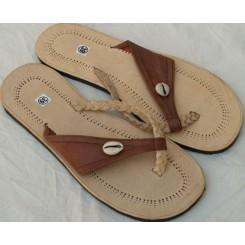 Sandaler med brunt bånd og 1 kauri