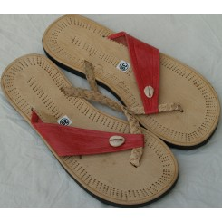 Sandaler med rødligt bånd og 1 kauri