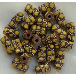 Brune perler med gult pynt